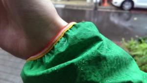 袖口は水がしみこみやすいく、雨の中行動しているとどんどん中に入ってきてしまいます。