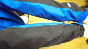 袖口が若干染み込んできているものの、こちらのGORE-TEXも撥水力・防水性ともに群を抜いています。