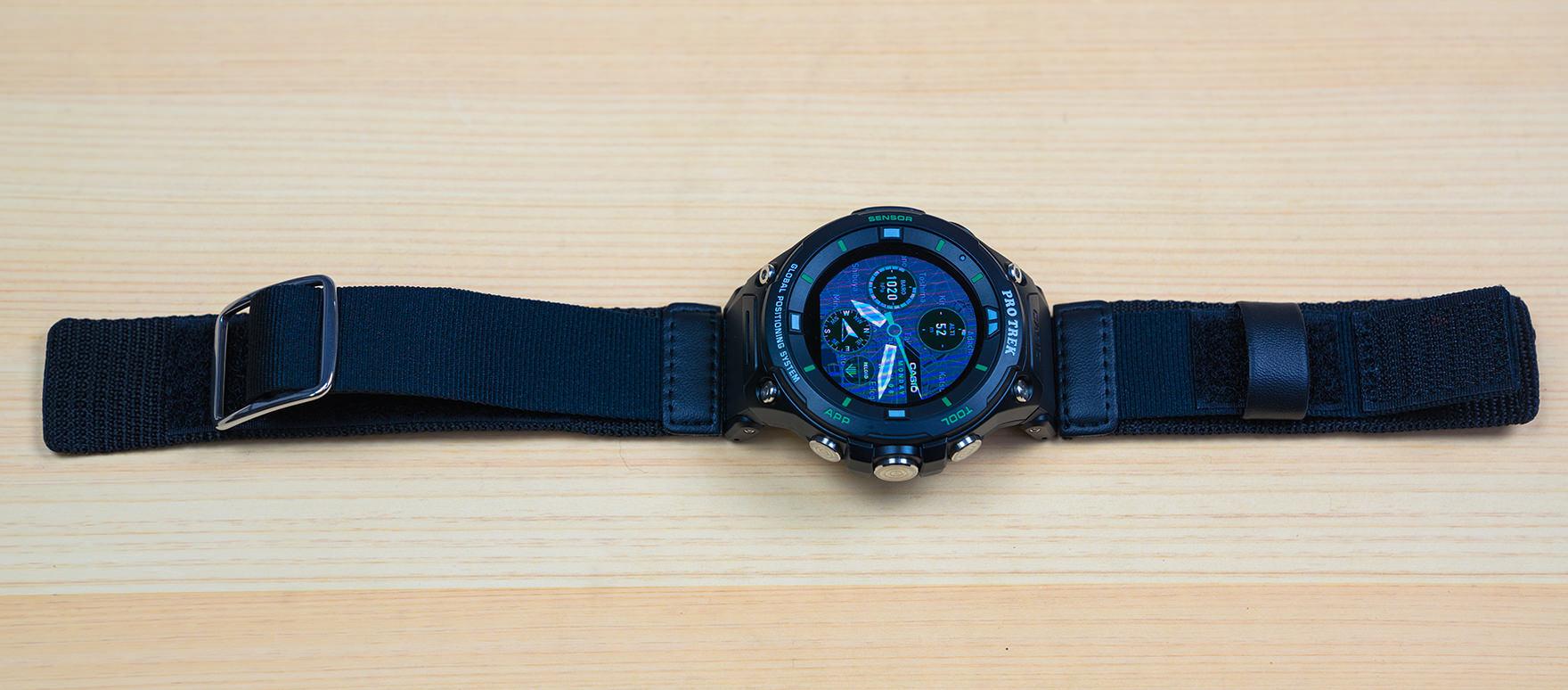 2bd80c5955 説明書などでは時計の上側に金具が付いている方を取り付けているが、自分の場合は逆の方が締めやすかったので逆にした。特に問題は出ていない。