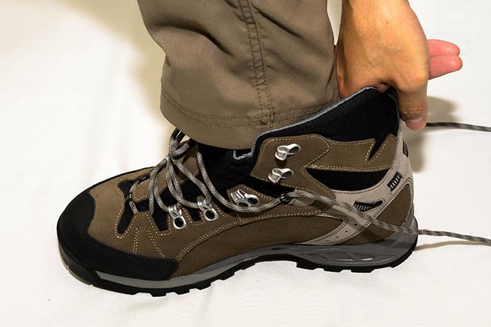最低でも指一本は入らないと、下りの時などにつま先が靴の先端にガンガン当たって酷い目に。