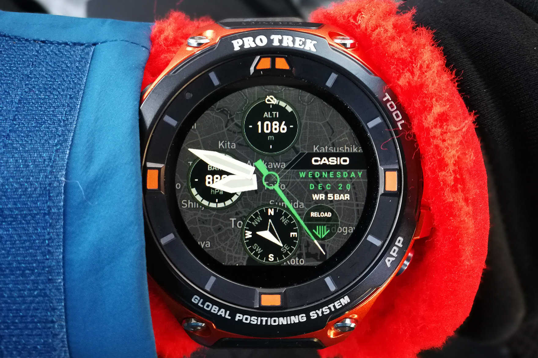 0bcfc06d58 新ウォッチフェイス「プレイス」では表示を高度計(上)・気圧計(左)・コンパス(下)に設定すると、冬山でも即座に必要な情報にアクセスできて超便利(写真  ...